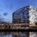 Impressie Hilton Hotel Schiphol door Mecanoo in de avond