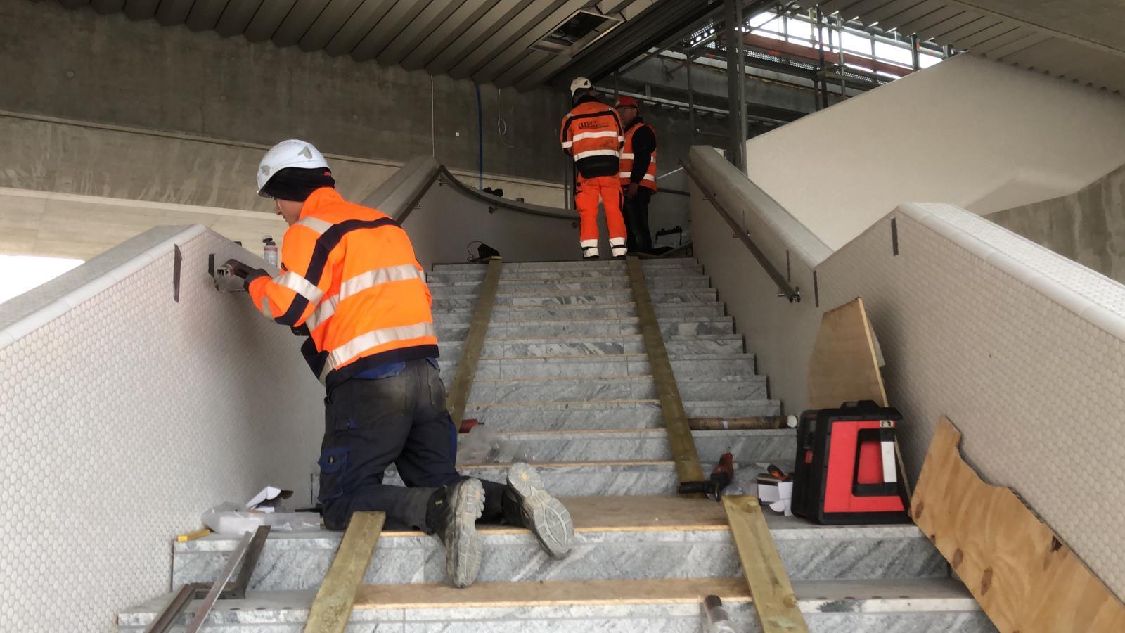 Instructie installatie verlichte trapleuning op locatie